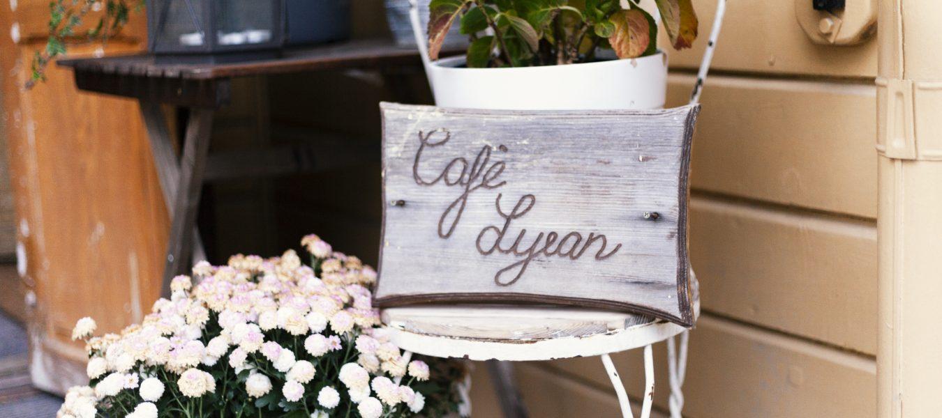 Cafelyranskyltliggandes